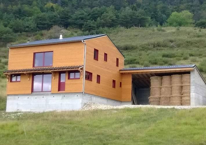 Construction de maison ossature bois avec zone de stockage for Construction piscine zone agricole