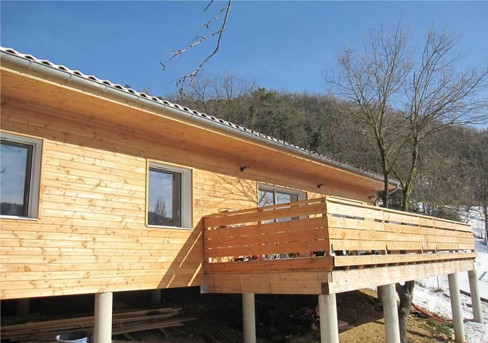 Maison sur mesure en bois sur un terrain pentu peyrus - Maison sur terrain pentu ...